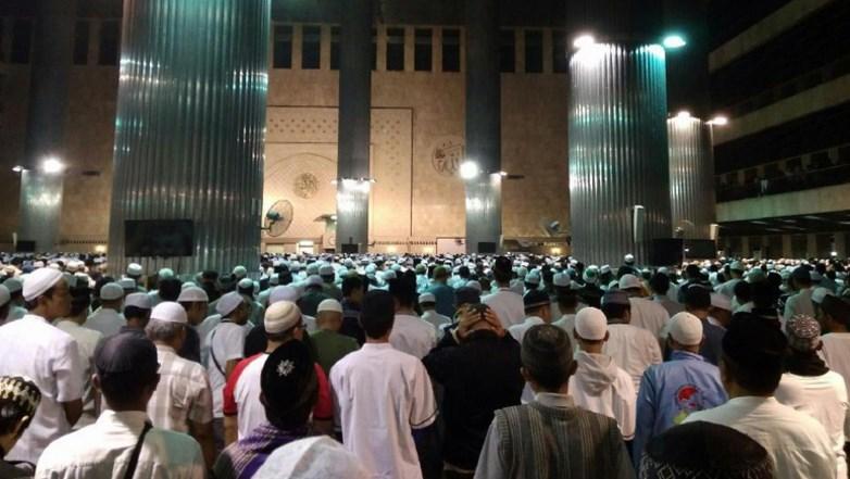 Walaupun Hujan, Massa Aksi 112 Padati Masjid Istiqlal